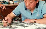 農村殘疾老人輪椅繪畫每天8小時,靠止疼片提神,如今讓人羨慕