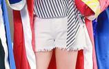 馬麗美麗白腿玉足紅指甲油,條紋襯衫則更顯膚白