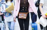 韓雪機場穿粉色外套化身可愛少女,雙手比V開懷大笑心情超靚