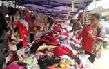 農村大集上十塊錢一件的衣服賣得這麼火,一個人買十幾件