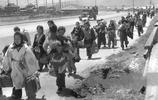 老照片:投降後的日本實拍,圖3一位美軍和日本女子約會!