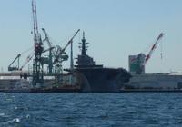 參觀出雲號實屬無奈!美軍半年無航母可用,靠一艘攻擊艦坐鎮