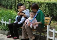 媽媽帶孩子半年未回家,女兒無意間聽見父母對話,抱著媽媽大哭