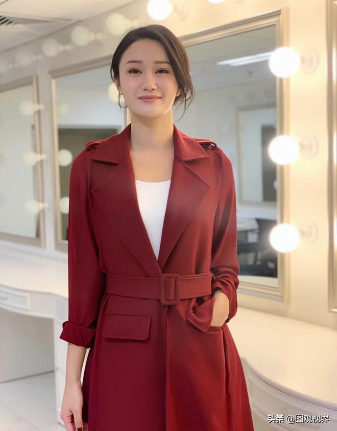 鳳凰衛視女主播,2009中華小姐環球大賽冠軍,主持風格知性溫婉