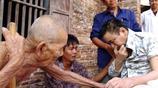 百歲老父用乾枯的雙手捧起兒子的臉老淚縱橫,老爸也是沒有辦法啊