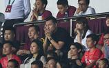 郜林與妻子一起觀看亞冠第6輪的比賽,賽後郜林來到更衣室慶祝