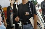 辛芷蕾機場穿黑藍造型演繹簡約美,墨鏡戴頭揮手微笑又酷又親和