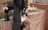潮流時尚穿搭:黑色女裝毛絨翻領綁帶羽絨服,優雅氣質顯眼舒適