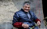 陝西60歲的孤寡老人靠雙手爬行 獨居深山做篾匠 編一個竹籃賣35元