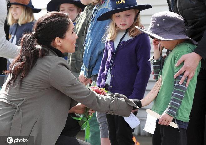 哈里王子梅根王妃喜當爸媽!晒晒兩人與萌娃互動的有愛瞬間