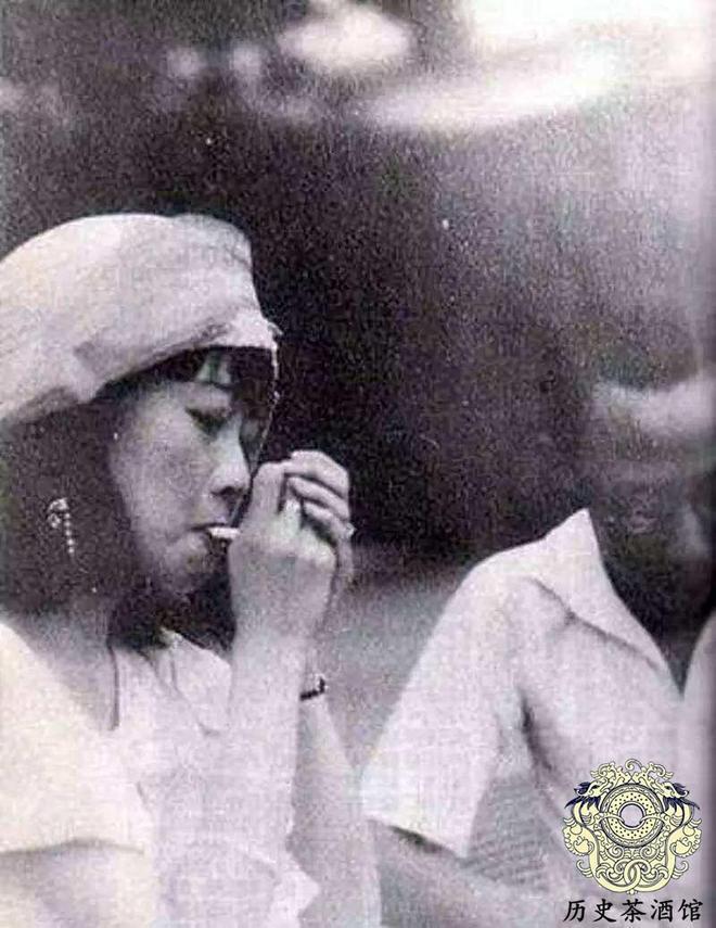 末代皇后婉容老照片:圖七點菸手法很熟練,圖九日本侍女眼神怪異
