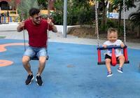 回到童年啦,大衛-席爾瓦與兒子一塊盪鞦韆