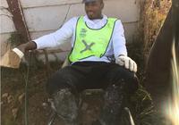 伊巴卡非洲做慈善認真砌磚
