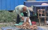 焦作73歲老人跑十幾里路到農村集市上賣洋蔥紅薯,樂得合不攏嘴