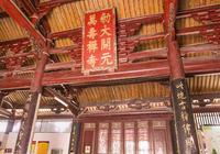 武則天時蓋的佛寺,建築本身擁有三項全國第一,弘一法師在此出家