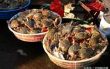 早市25元一斤梭子蟹 大媽問肥不肥 攤主一動作 二話不說拿袋就裝