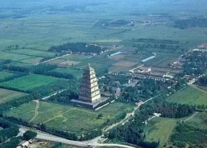上世紀80年代的西安,大雁塔周圍還是農田,回民街也沒有現在繁華