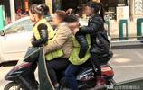 小小電動車竟然載了一個大人三個孩子,這是在玩雜技嗎?