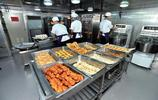 帶你走近遼寧號:圖3廚師正在忙著做早餐,圖5實拍女兵宿舍