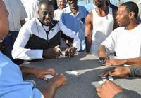 勇士探訪聖昆廷監獄 追夢麥基與囚犯一起玩牌