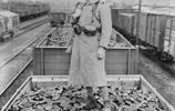 老照片:德軍火車被炸開了花,盟軍將士墳墓一望無際