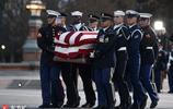 老布什,走好!國會大廳民眾瞻仰老布什靈柩 小布什出席追悼會