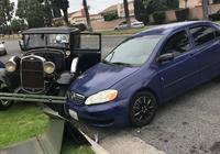 欲哭無淚!珍貴老爺車停路邊被撞毀
