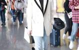 景甜時尚穿搭現身機場,手提小包氣質優雅盡顯名媛範兒