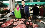 小夫妻攜手菜場賣肉,漂亮妻子成靚麗風景,輕鬆年入10萬靠的啥?