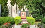 實拍演員楊麗坤墓地:曾主演《五朵金花》火遍世界,碑上照片好美