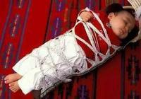 剛出生寶寶就被綁手綁腿,這對孩子有何影響?