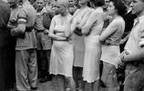 老照片:二戰結束德軍敗亡,法國女人卻被剃光頭,穿睡衣遊街示眾