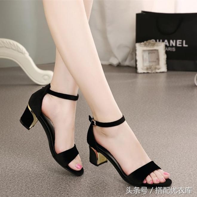 時尚一字扣涼鞋,搭配牛仔褲or闊腿褲,怎麼穿都特別美