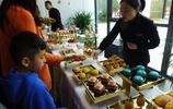 湖北宜昌:房地產商請看房買房者免費吃糕點 場景溫馨