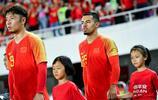 國足與菲律賓熱身賽之前,球員牽著的球童都是女球童