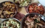 假期和老公一起回婆婆家吃飯,婆婆準備了這些菜,讓我感動得哭了