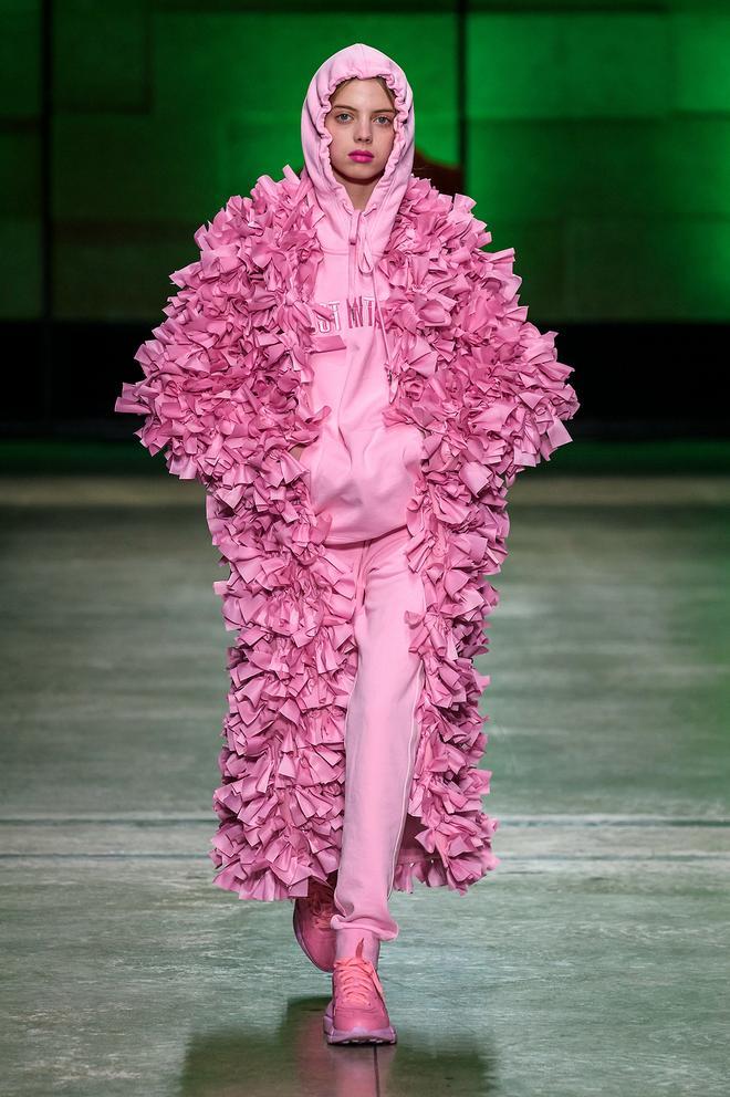 Annakiki時裝系列彩色系組合與不對稱的面料帶來強烈視覺衝擊力