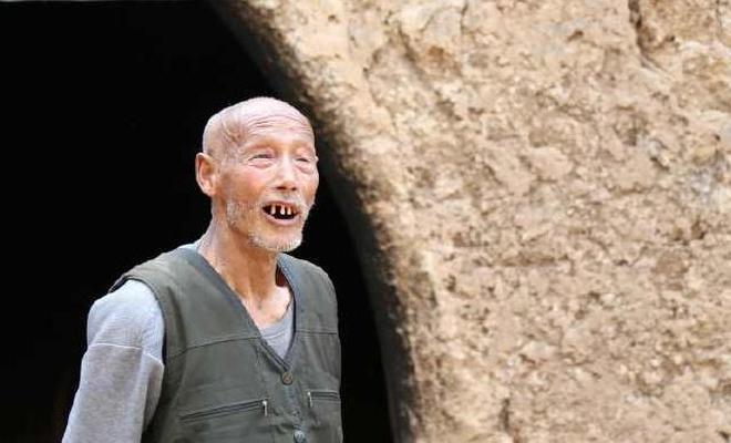 81歲大爺40歲時娶了一個小媳婦,窯洞裡卻供著兒子的牌位,咋回事