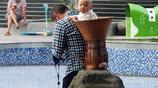 湖北宜昌:街拍拾趣 家長用竹揹簍背孩子逛公園 理髮店名字俏皮