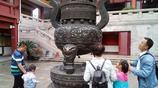 """寺院中的香爐被遊客""""鑲""""滿了硬幣"""