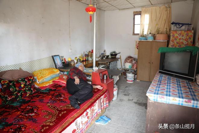 河南鄉村這位78歲大爺整天拿著彈弓在村裡轉悠,看看他要幹啥