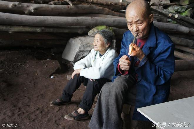 八旬老夫妻住山洞54年,兒子是工程師孫子是博士,誰也勸不走
