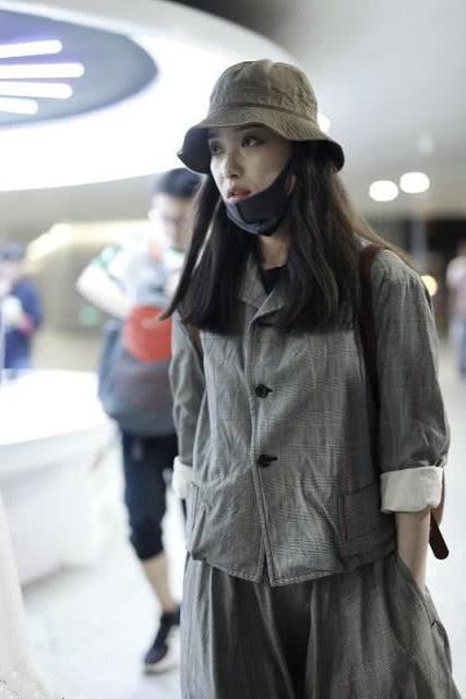 還是喜歡倪妮的文藝打扮,身穿灰色套裝頭戴漁夫帽,氣質真好!