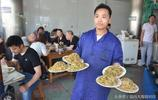 河南這家店裡面做的太地道,一天賣500碗,排隊幾小時才能吃到!