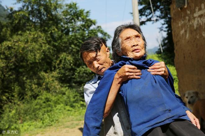 54歲的兒子為了照顧雙目失明母親,20年不出深山,至今單身