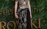 Kaia Gerber出席英國時尚大獎 眼妝真好看 一家人顏值都超高