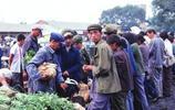 老照片:80年代中國,旅行在外出行靠驢車,老北京理髮館當街修面