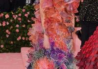 51歲鄧文迪太會穿,超難駕馭漸變色長裙減齡二十變身貴族少婦!