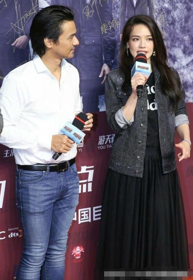 舒淇與老公同框出席活動秀恩愛,網友:馮德倫的褲子成為了亮點