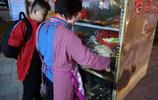 農村大媽菜市口擺攤賣麻辣串,傍晚出門凌晨回家,一天能掙300